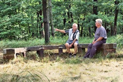 Josef Hirth und Wolfgang Calov am Ende der Beschilderung