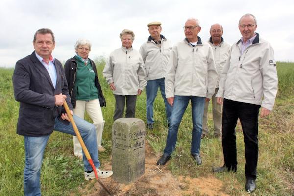 Der Stein ist wieder am alten Platz - v. l. BM Kretschel, Christa Blume, Doris Sperling, Jochen Künne, Günter Pfarr, Rolf Sperling, Rolf Langhof