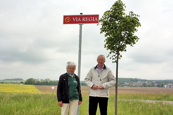 Christa Blume vom Heimatverein und Ortschronist Rolf Langhof an der Zufahrt zum Mühlteich