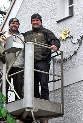 Axel Hofmann und Frank Palloks haben die Sonnenuhr angebracht