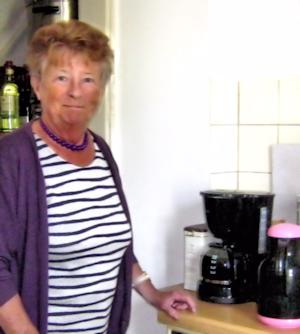 Doris Sperling beim Kaffeekochen